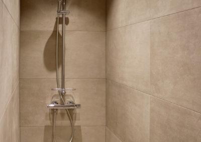 Une superbe douche est a la disposition des différents espaces